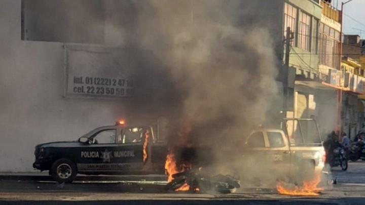 Civiles prenden fuego a patrulla tras accidente en Texmelucan