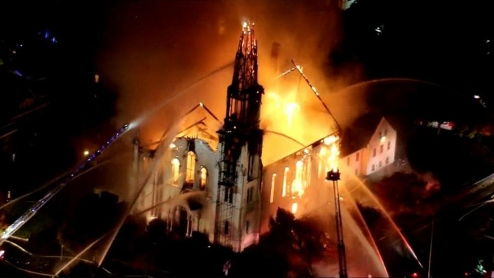 Iglesia arde en llamas en EU; biblias y cruces quedan intactas