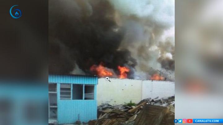 Fuerte incendio en la colonia Santa Bárbara, Iztapalapa