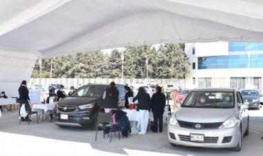Centro de convenciones en Toluca inicia vacunación desde autos