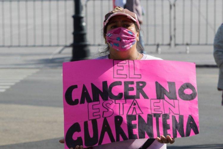 Pacientes con cáncer de mama protestan en Palacio Nacional