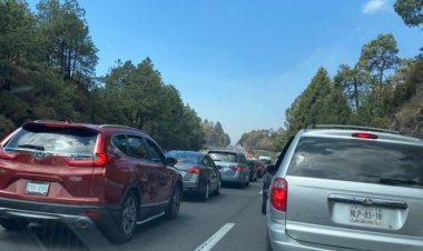 Intensa carga vehicular en la México-Cuernavaca por vacacionistas