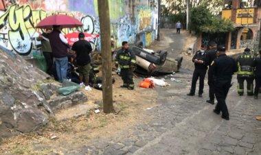 Familia sufre fuerte volcadura en la México-Cuernavaca; hay dos muertos