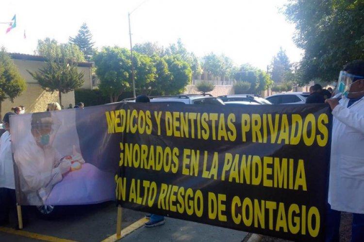 Médicos privados cierran calzada de Tlalpan; piden ser vacunados