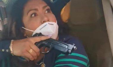 """Nace """"Lady Pistola""""; presunta policía encañona a madre de detenido"""