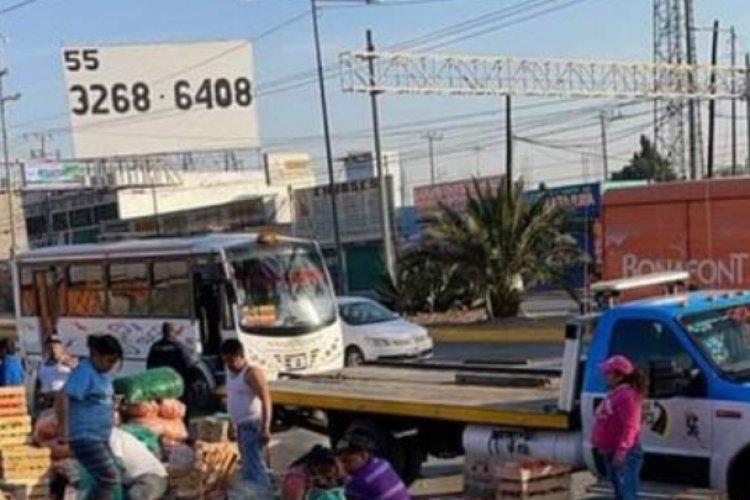 Camioneta con verduras vuelca en la Texcoco-Lechería