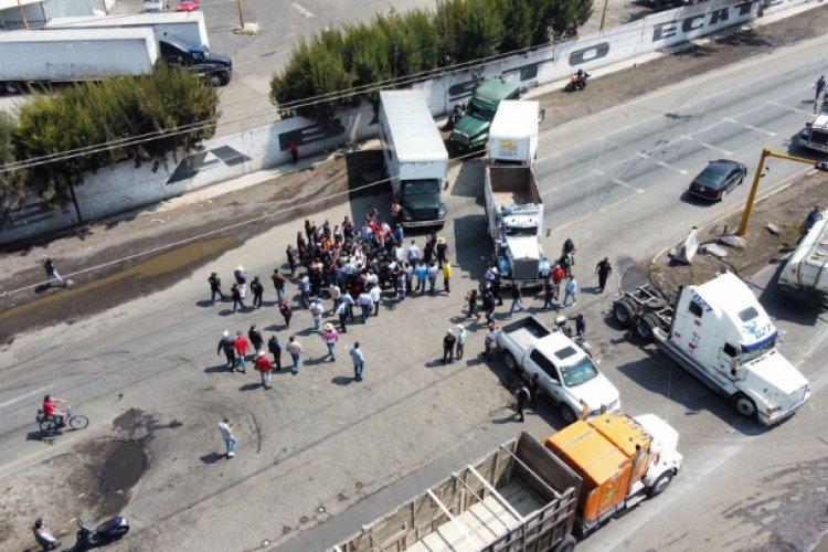 Transportistas cortan circulación en la Lechería-Texcoco