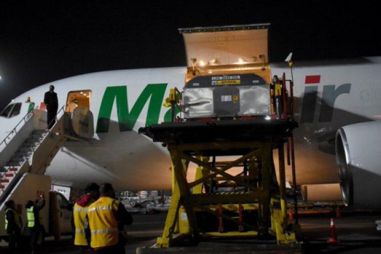 Arriba cargamento con 585 mil vacunas anticovid de Pfizer a México