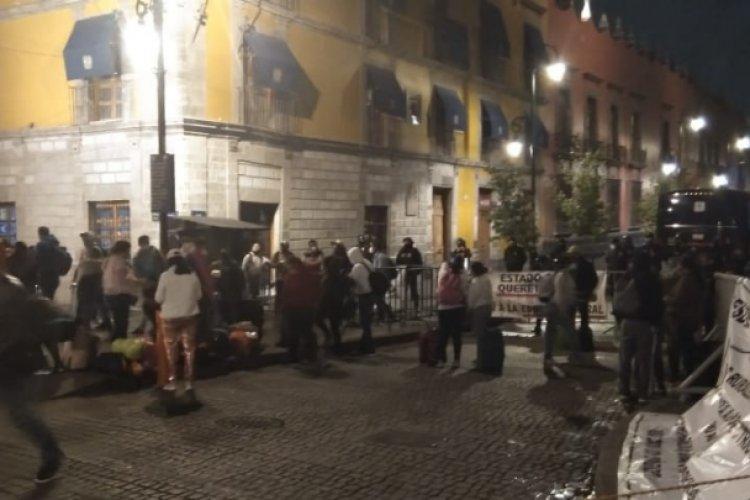 Maestros se manifiestan afuera de palacio nacional; piden mejoras laborales