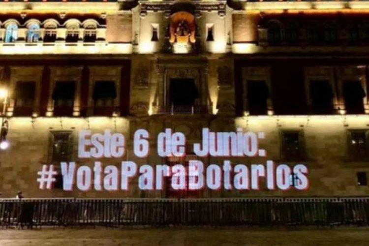 #VotaParaBotarlos, el mensaje proyectado en Palacio Nacional contra Morena