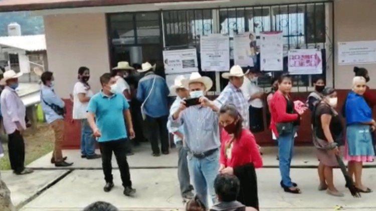 Morenista incomoda a votantes en casillas de Huitzilan, Puebla
