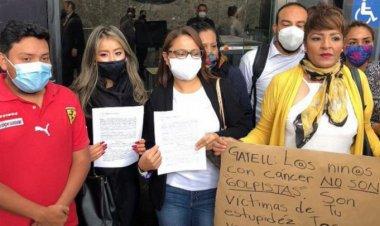 Denuncian padres de niños con cáncer a López Gatell por genocidio