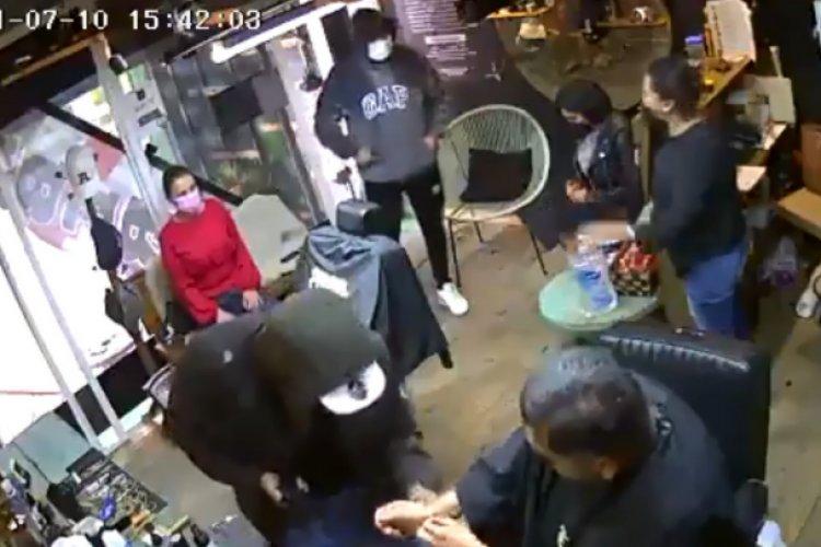 Video: Encañonan a clientes y empleada de barbería en Toluca