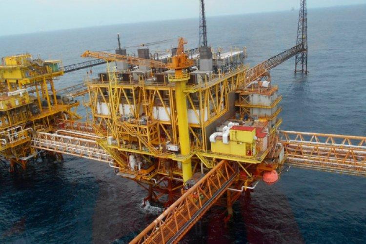 Piratas saquean plataforma petrolera