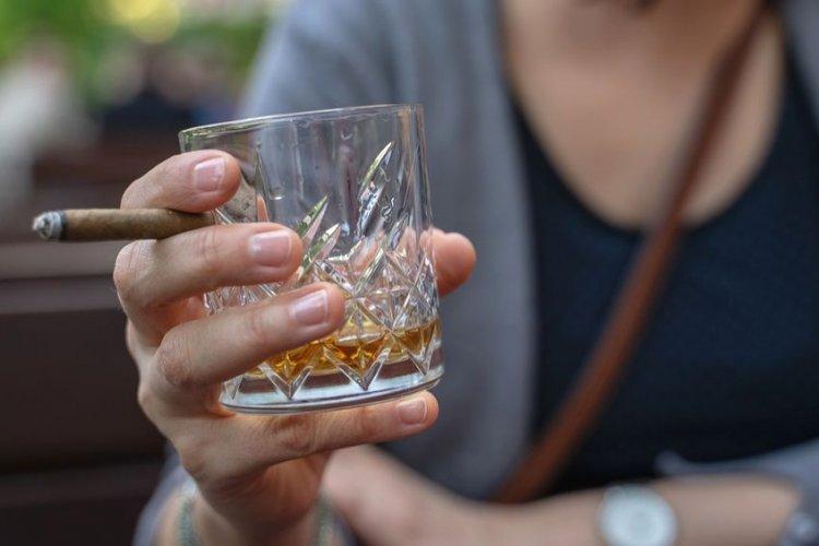 Ahogando las penas en alcohol; aumenta consumo durante la pandemia