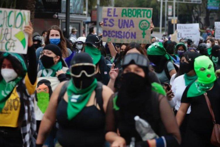 AMLO politiza la marcha por el aborto