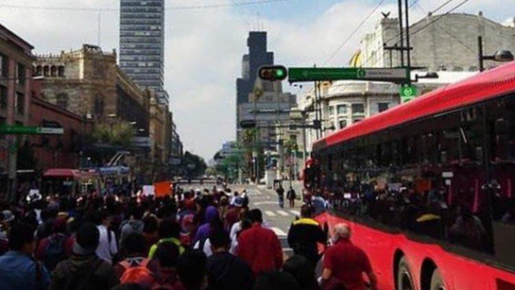 Estudiantes del IPN realizan marcha contra privatización de la institución