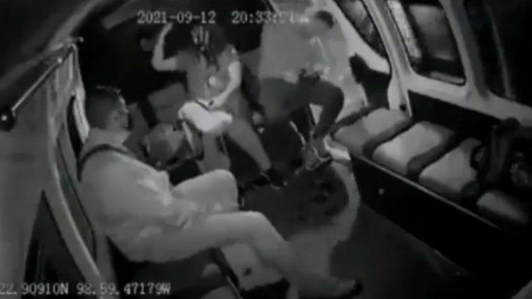 VIDEO: Así terminó en el suelo pasajero de combi