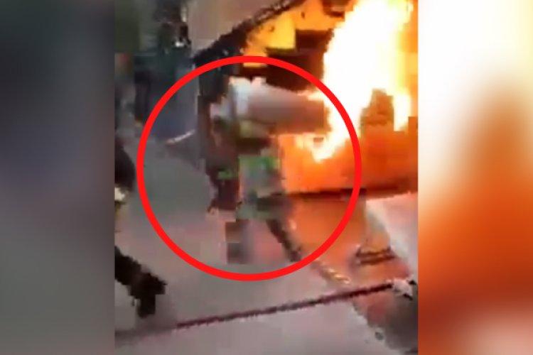 ¡Héroe! Bombero carga tanque de gas en llamas