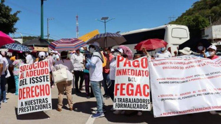 Protestan maestros y personal sanitario en Gro.